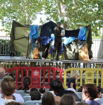 la-plaza-de-palacio-se-llena-de-publico-infantil-para-vivir-la-historia-del-oso-nanuk