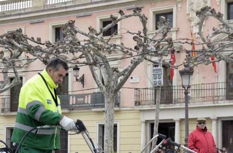 el-ayuntamiento-pone-en-marcha-un-plan-para-limpiar-110-000-metros-cuadrados-de-aceras-en-los-barrios-de-alcala